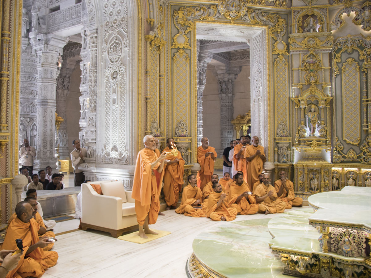 Swamishri performs arti in the Akshardham Mandir