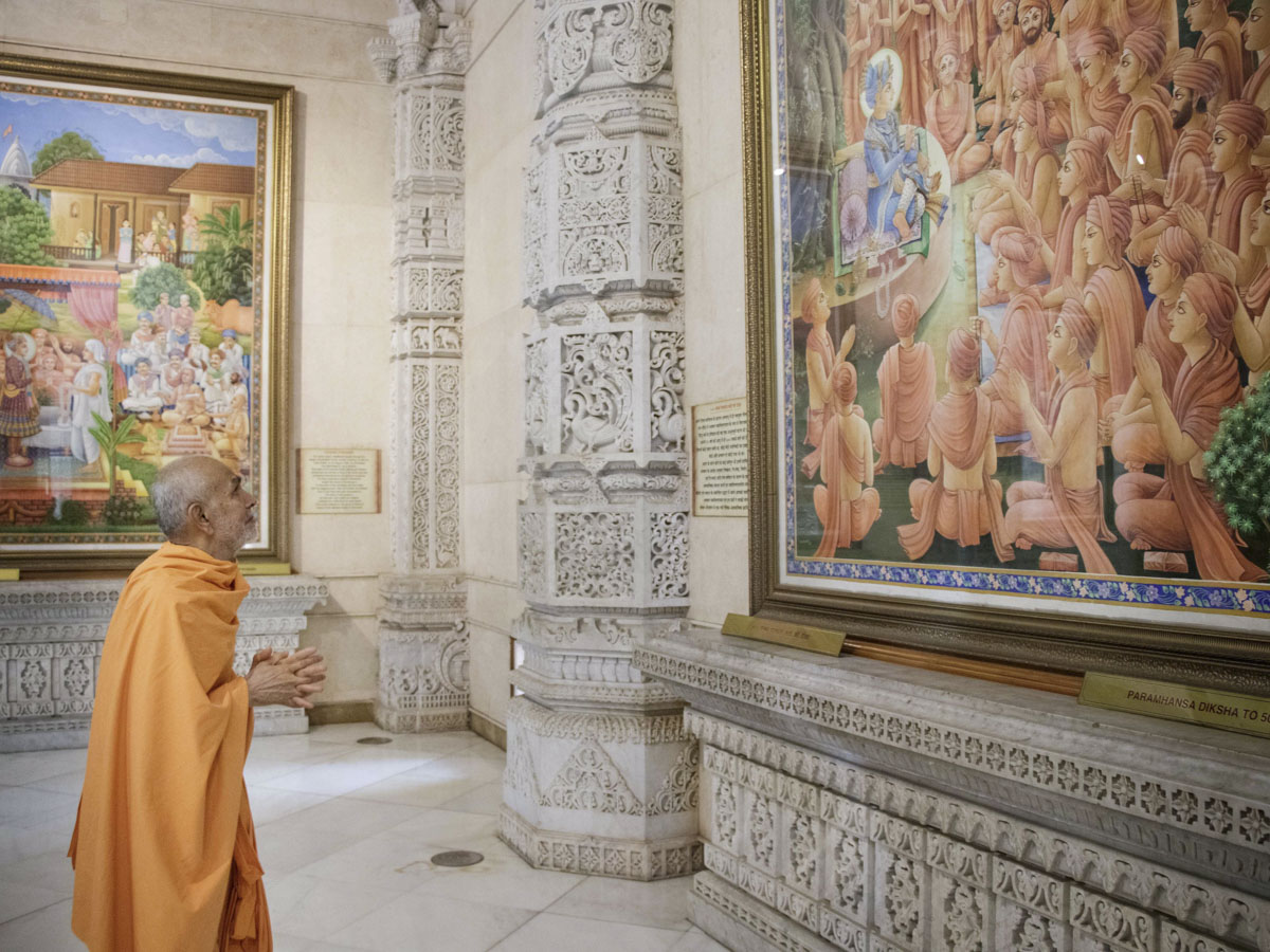 Swamishri observes paintings in Akshardham Mandir