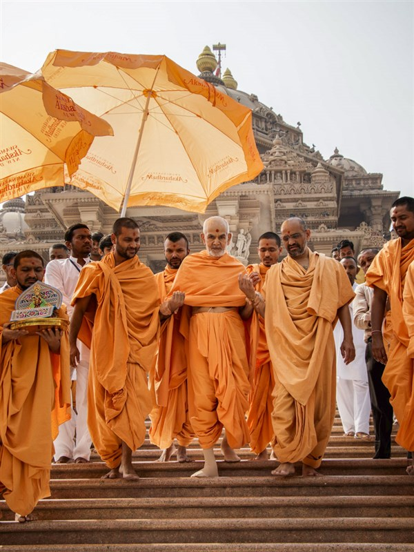Swamishri descends the steps after darshan of Akshardham Mandir