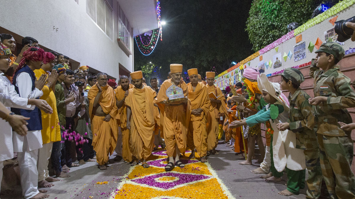 Children and youths welcome Swamishri