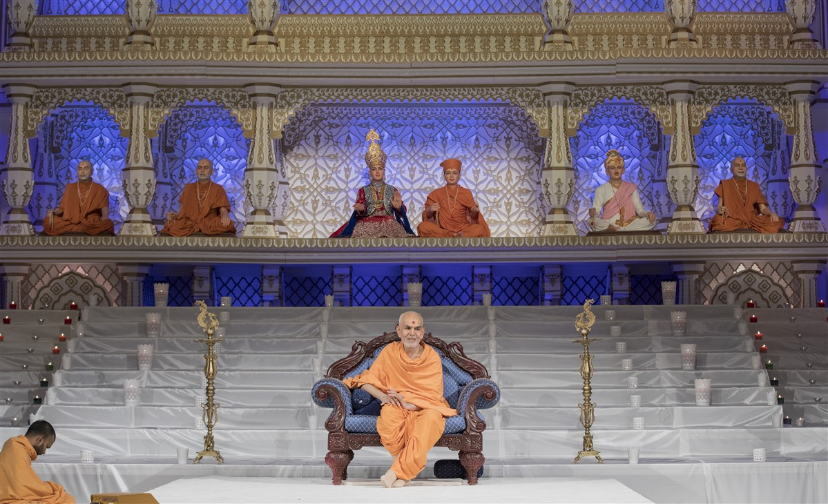 "To view a video summary of Swamishri's darshan on Diwali morning, please click <a href=""https://youtu.be/HOs65J3Axc4"" target=""blank"" style=""text-decoration:underline; color:blue;"">here</a>"