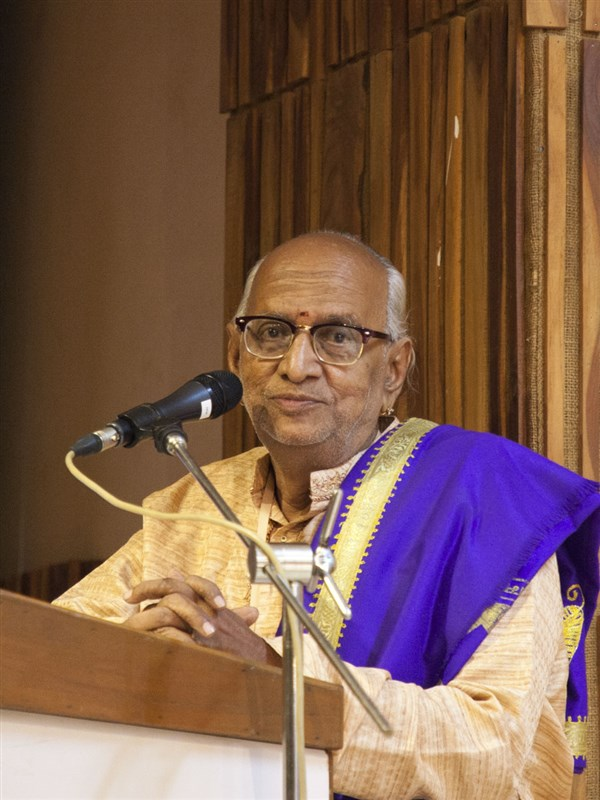 Former dean of Madras Sanskrit College and Chennai academic, Krishnamurti Shastri, addresses the evening session