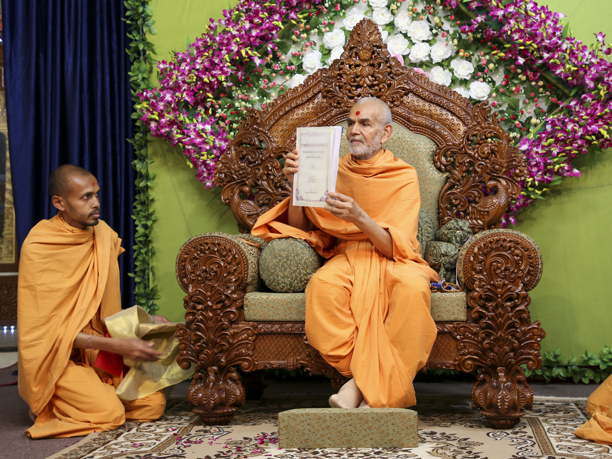 Swamishri inaugurates the Gujarati translation of the Swaminarayan Bhashyam on the Bhagavad Gita