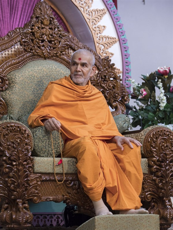 Swamishri listens to the experiences of Anandswarup Swami