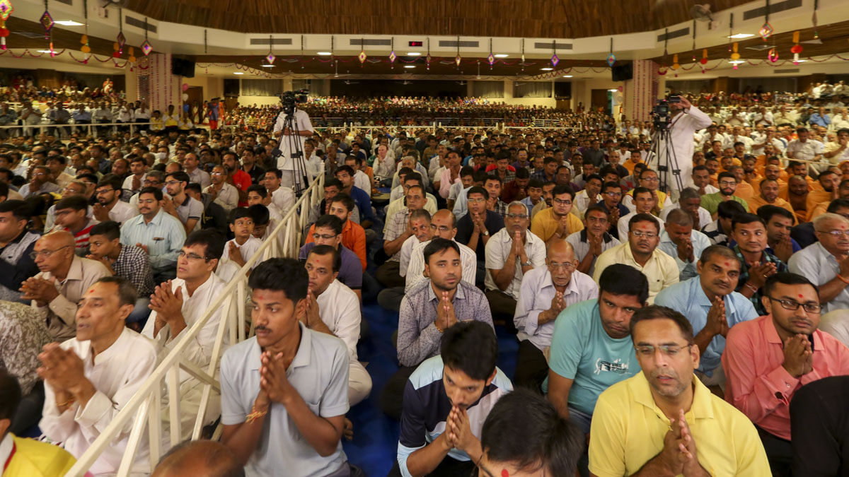 Devotees doing Swamishri's puja darshan