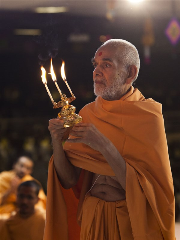 HH Mahant Swami Maharaj performs morning arti