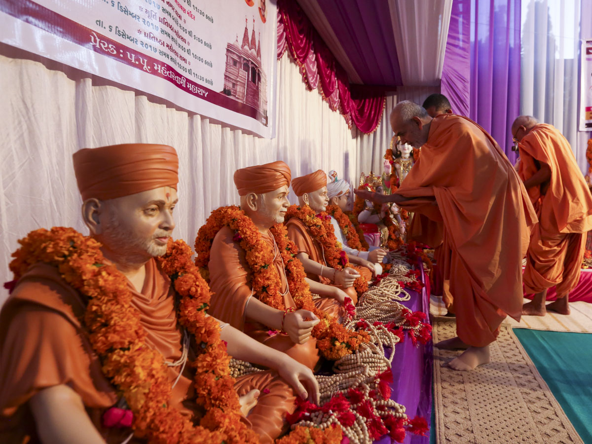 Swamishri performs pujan of Guru Parampara murtis