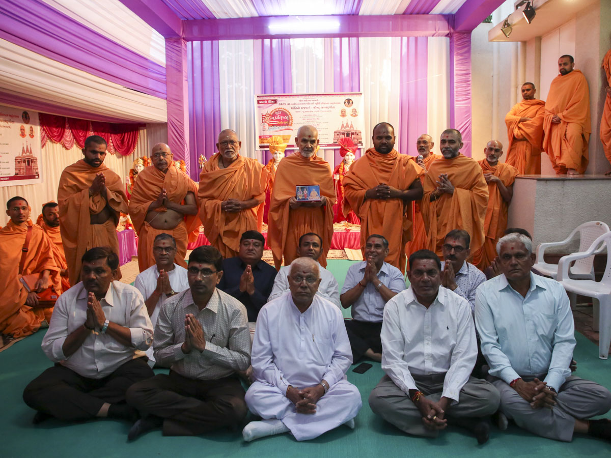 Swamishri with devotees from Unjha
