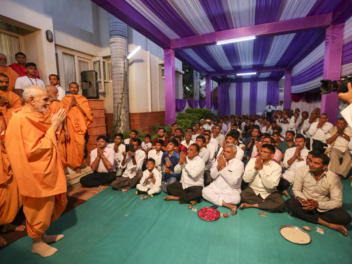 Swamishri greets devotees from Bhaupura with 'Jai Swaminarayan'