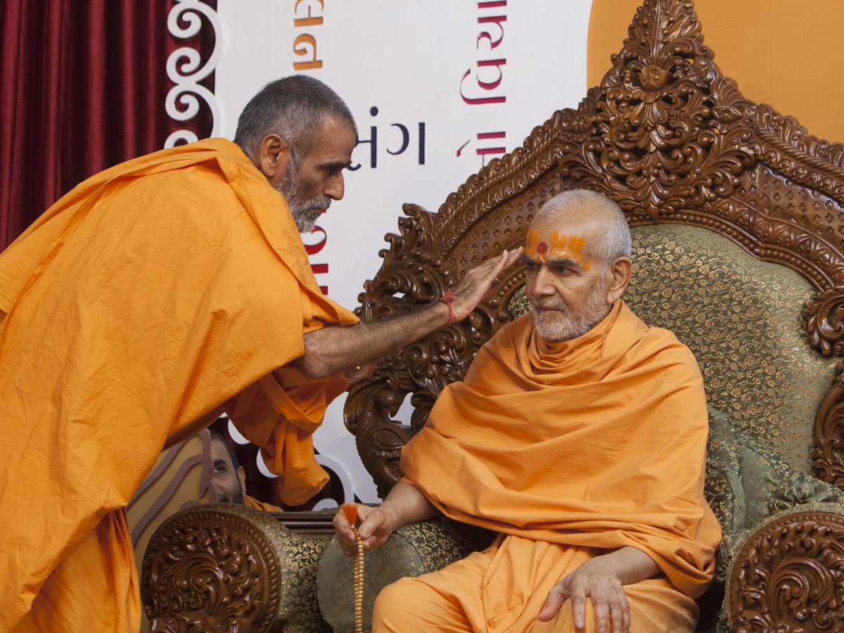 Anandswarup Swami applies chandan archa to Swamishri
