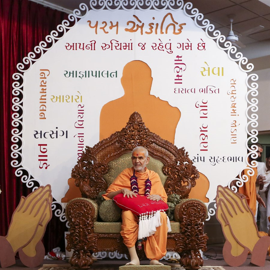 Swamishri during the Yuva Din assembly