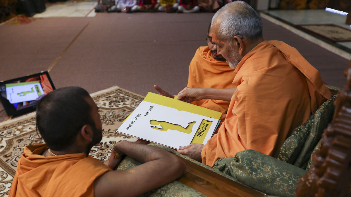 Swamishri participates in the Yuva Din program
