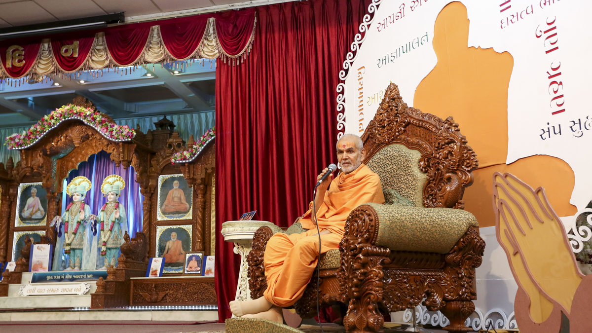 Swamishri blesses the Yuva Din assembly