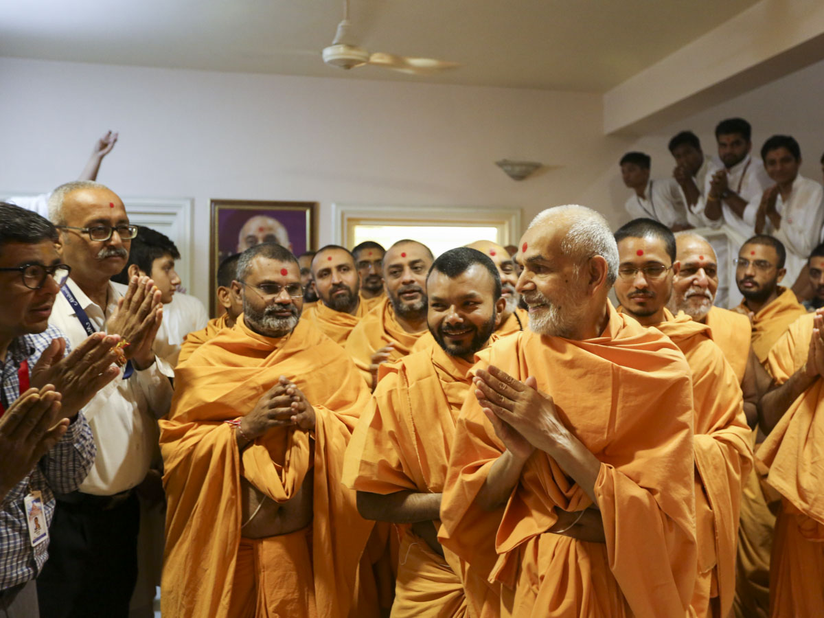 Swamishri greets volunteers of Akshardham with 'Jai Swaminarayan'