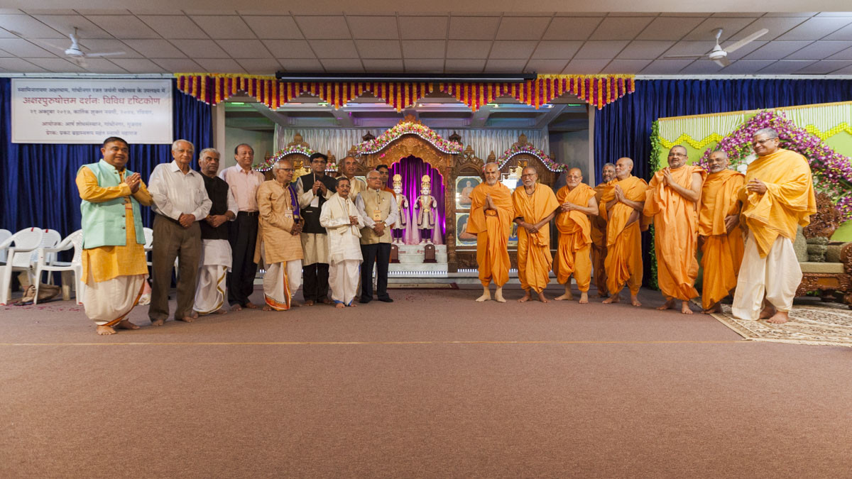 "Scholars from all over India who participated in 'Akshar-Purushottam Darshan Conference', with Swamishri<br><a href=""http://www.baps.org/News/2017/Akshar-Purushottam-Darshan-Conference-12314.aspx"" target=""blank"" style=""text-decoration:underline; color:blue;"">For more photos of conference</a>"