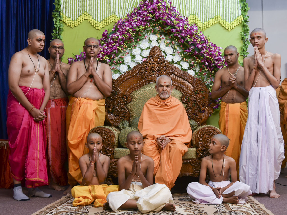 Swamishri blesses Brahmin children and youths after their janoi ceremony