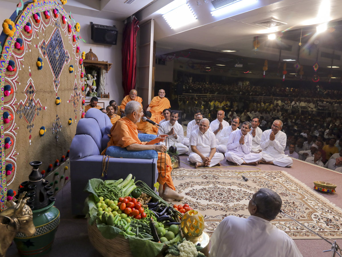 Swamishri participates in the evening assembly program