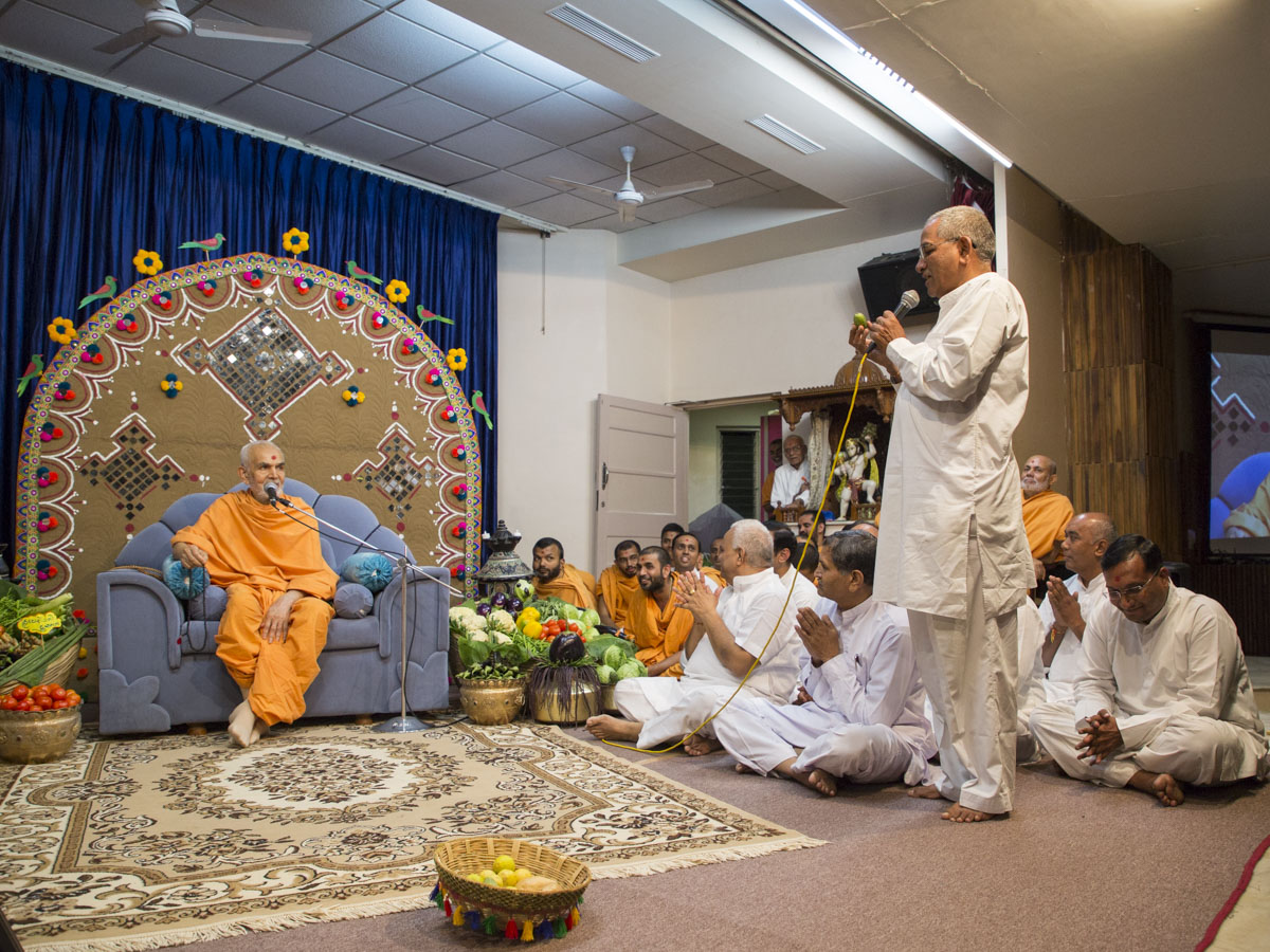 Devotees converse with Swamishri