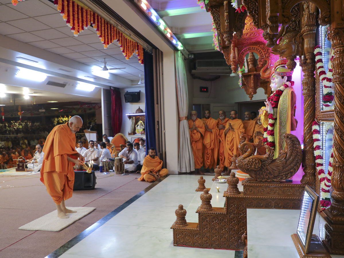 Param Pujya Mahant Swami Maharaj performs morning arti