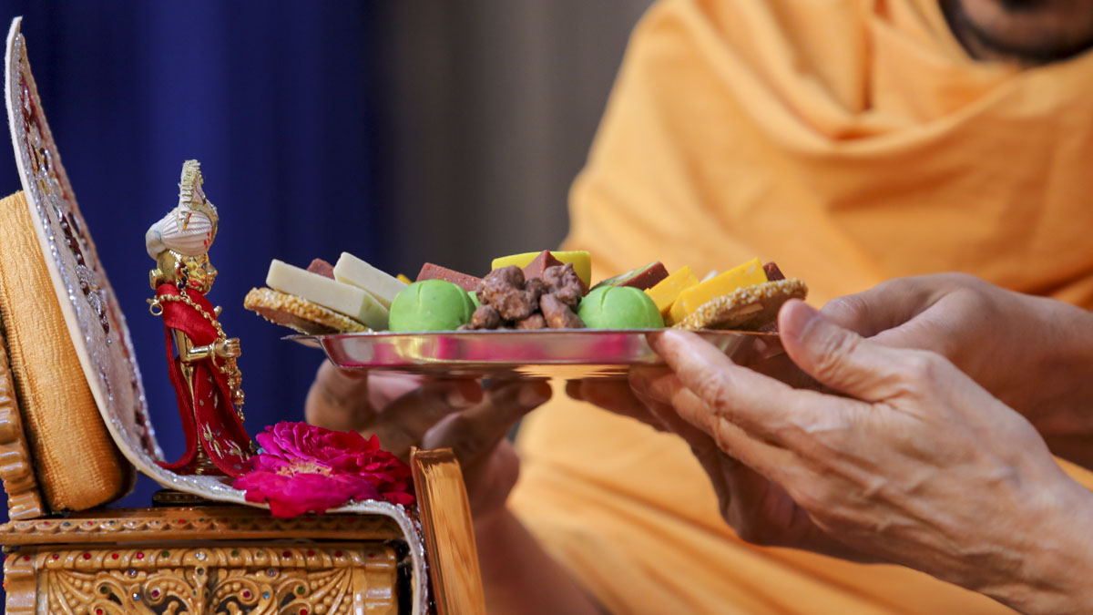 Thal offered to Shri Harikrishna Maharaj in Swamishri's morning puja