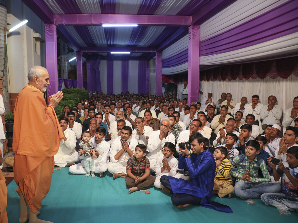 Swamishri greets devotees from Mansa with 'Jai Swaminarayan'