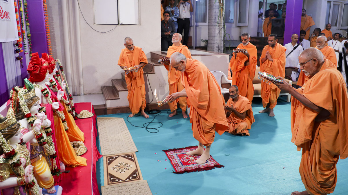 Swamishri and senior sadhus perform pratishtha arti