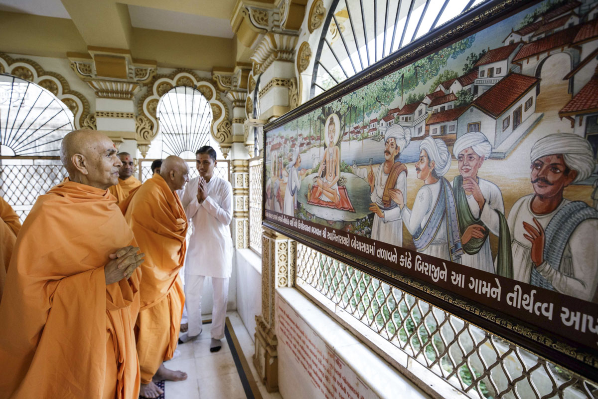 Swamishri engaged in darshan of the memorial shrine at the place sanctified by Shri Nilkanth Varni in Bochasan
