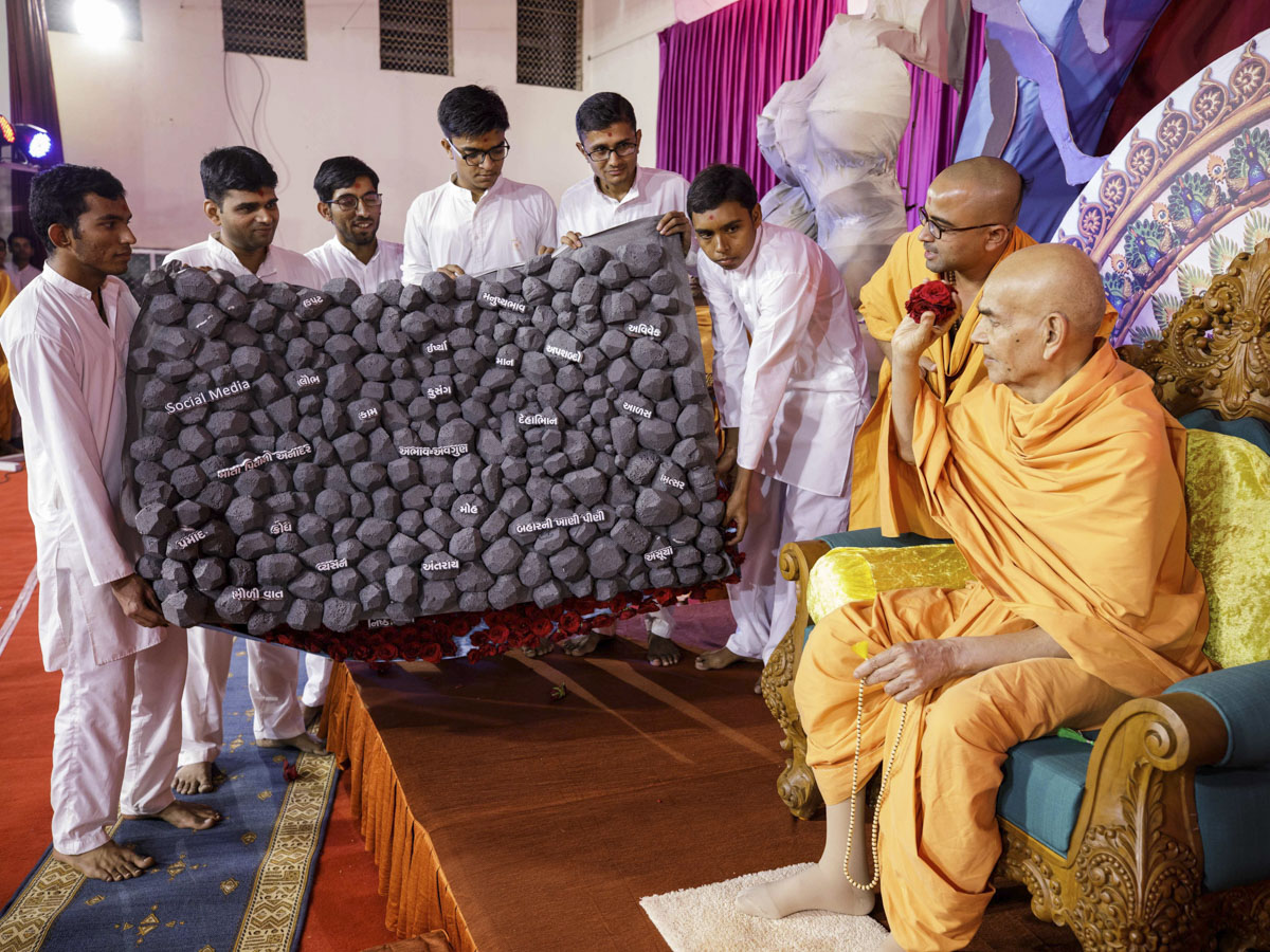 Swamishri interacts with the youths