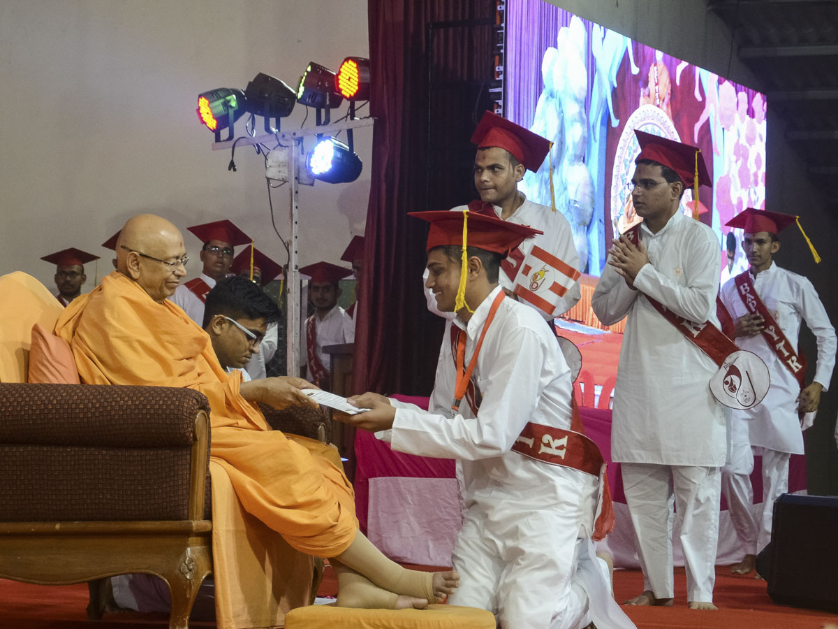 Pujya Tyagvallabh Swami presents certificates to the youths