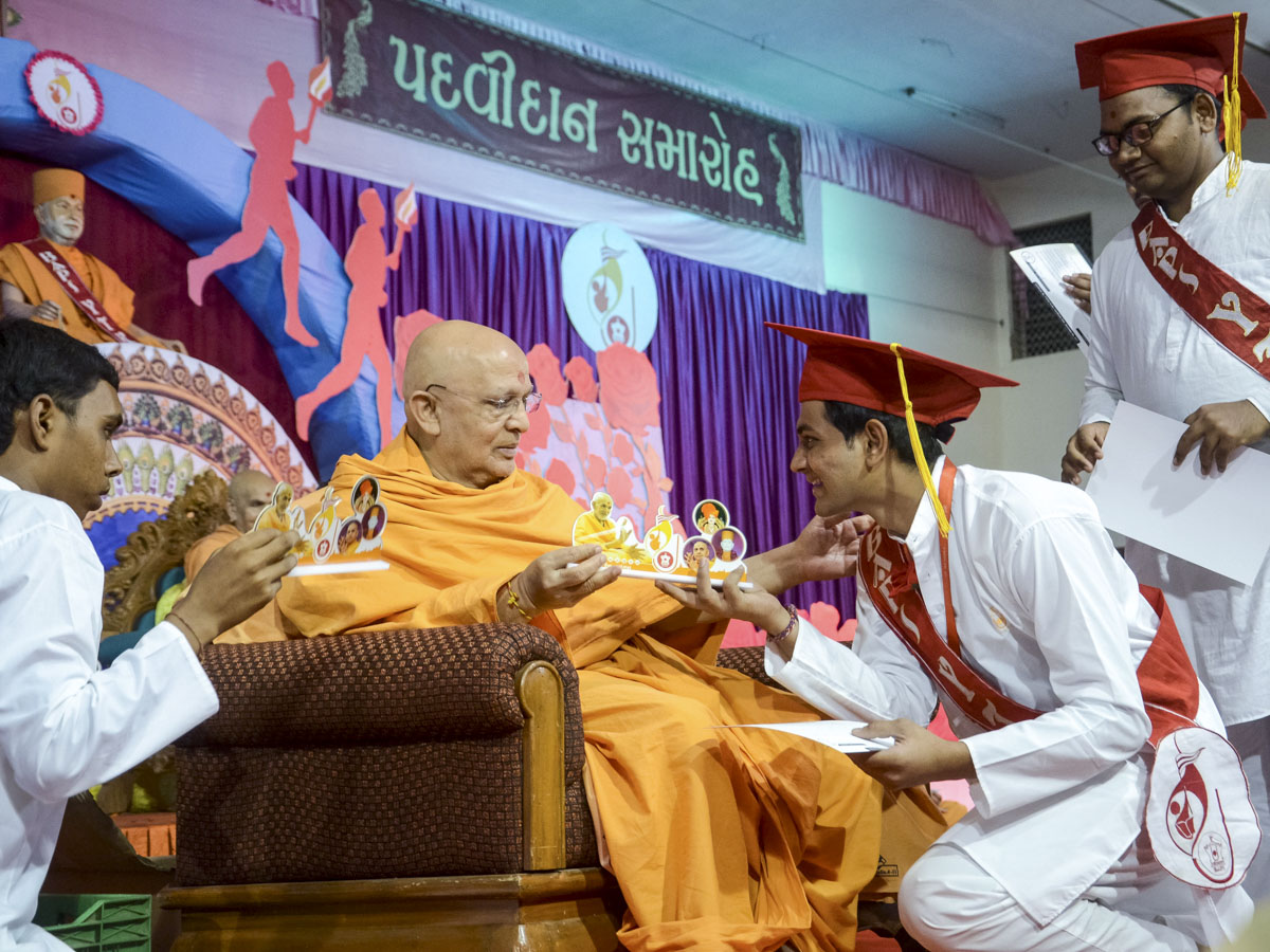 Pujya Ghanshyamcharan Swami presents mementos to the youths