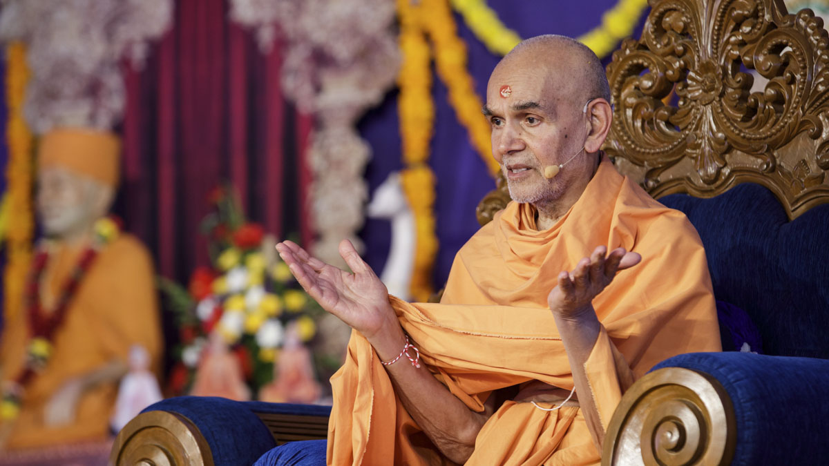 Swamishri blesses the shilanyas assembly