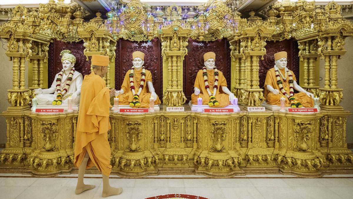 Swamishri engrossed in darshan of Shri Guru-Parampara