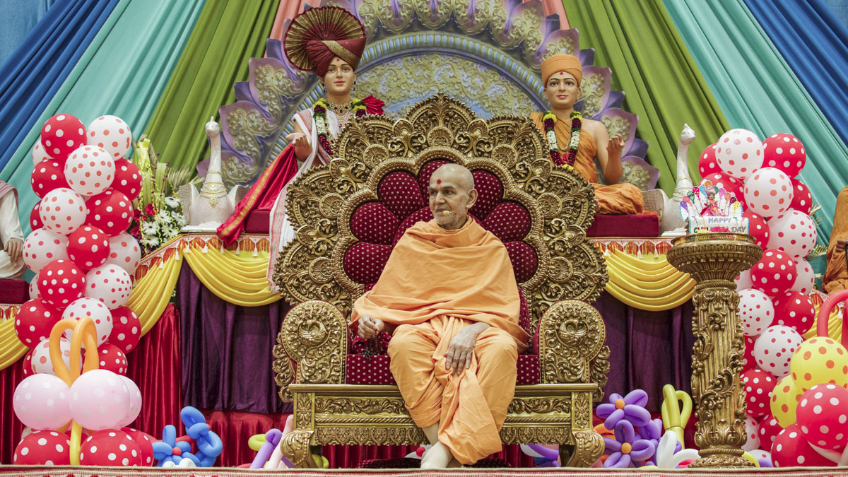 Swamishri during the evening Bal Din assembly