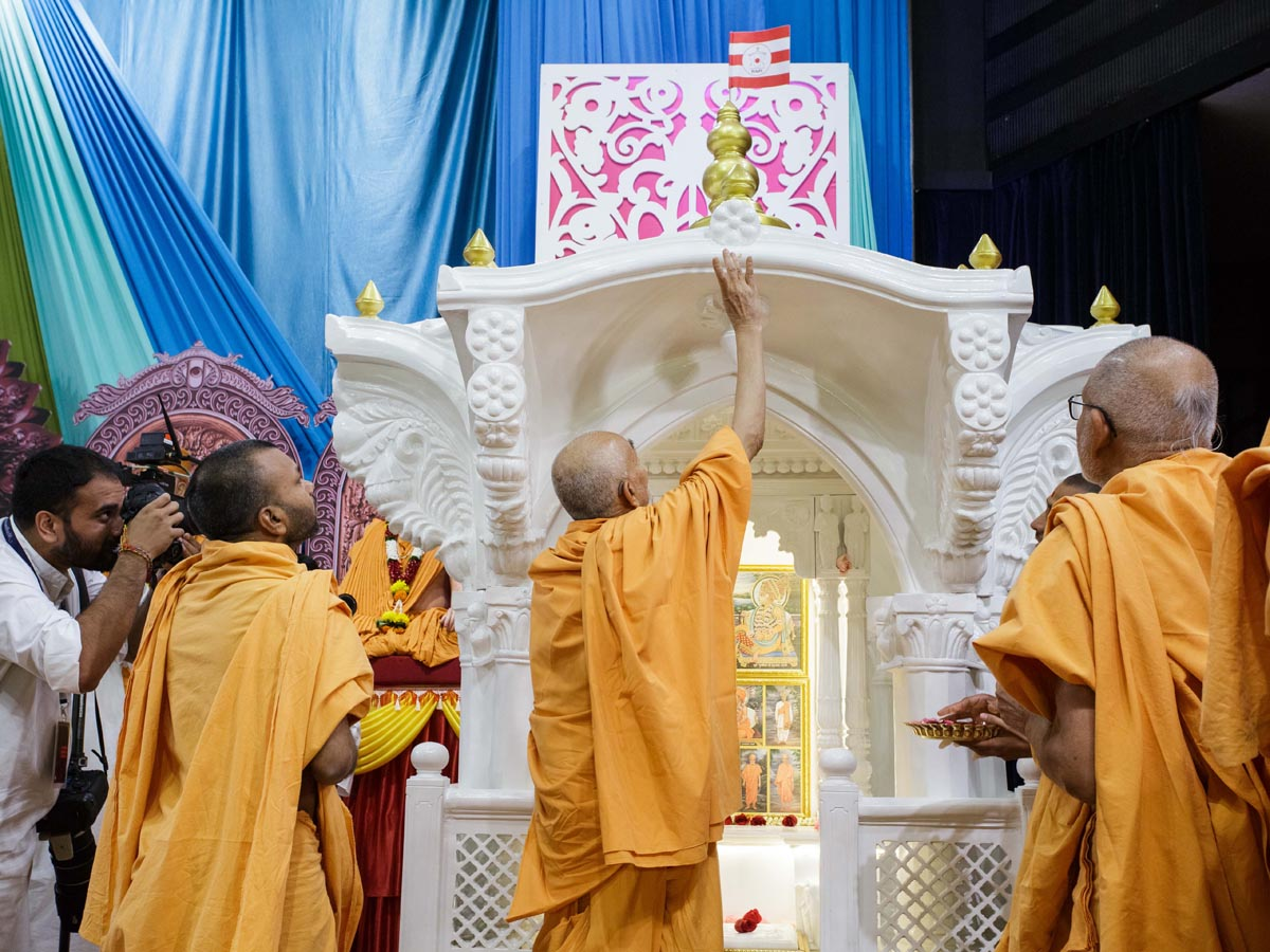 Swamishri performs pujan of a ghar mandir for a devotee's home