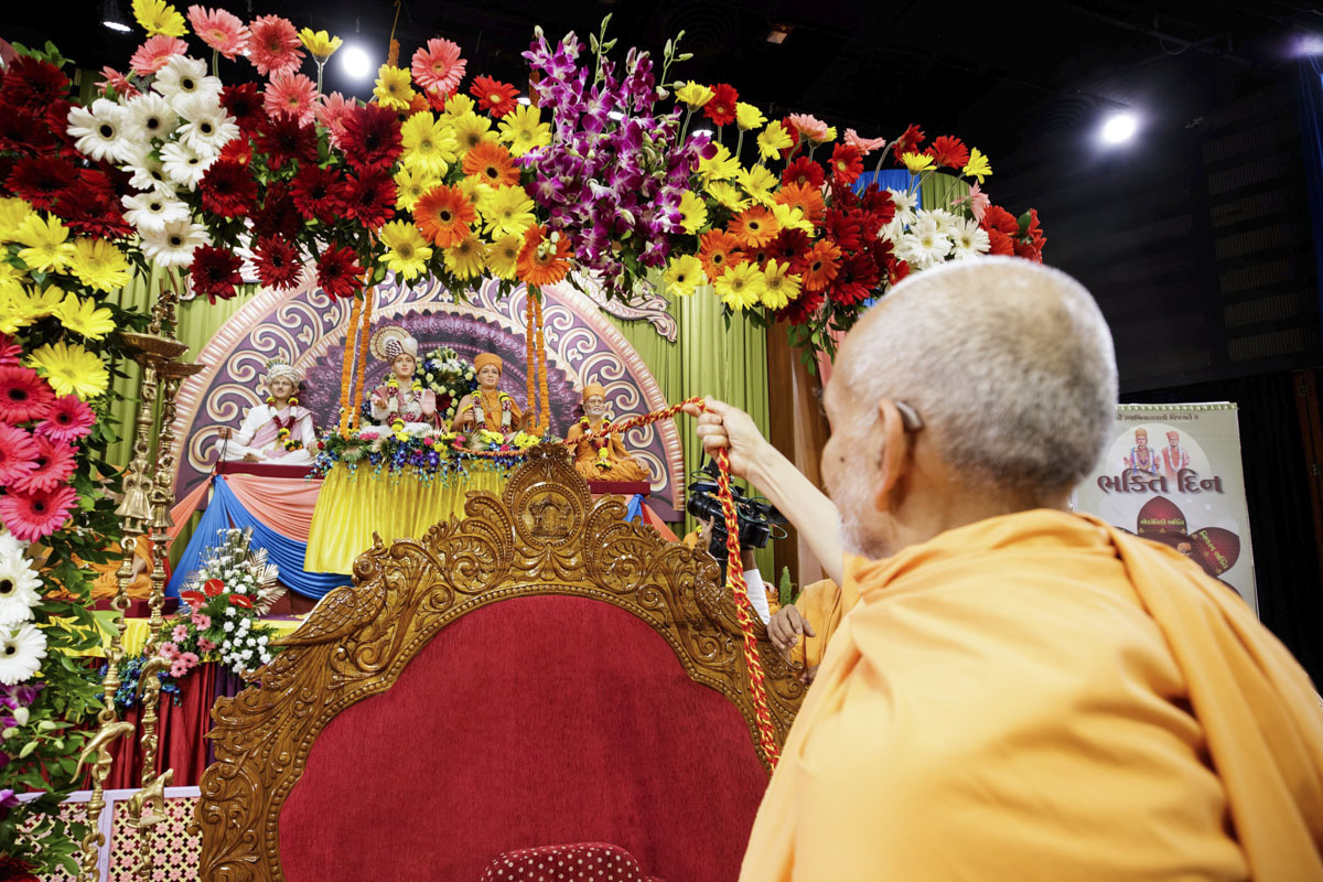 Swamishri swings Thakorji in a hindolo