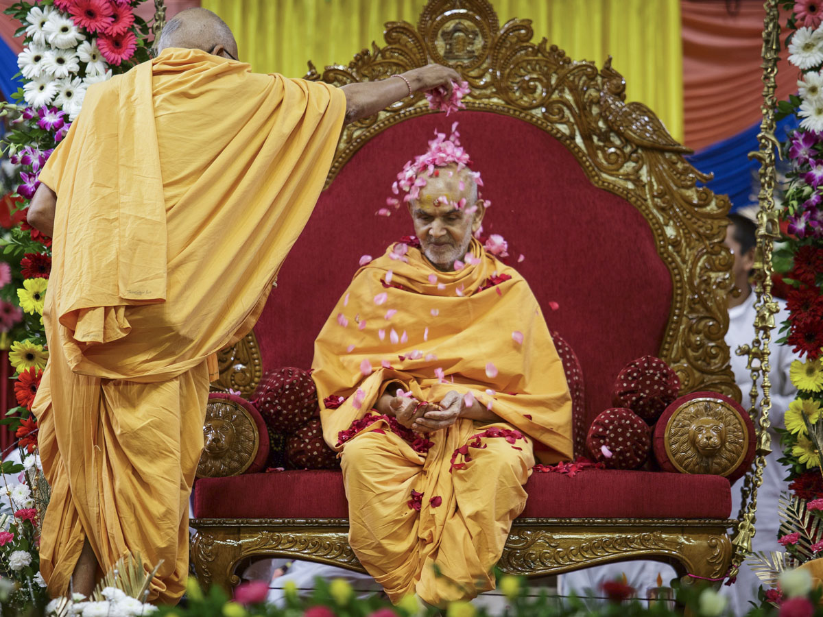 Pujya Kothari Swami showers flower petals on Swamishri
