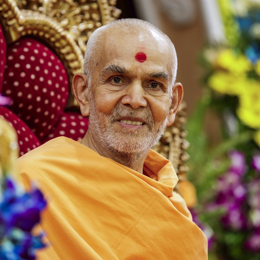 Swamishri in a divine mood during the assembly