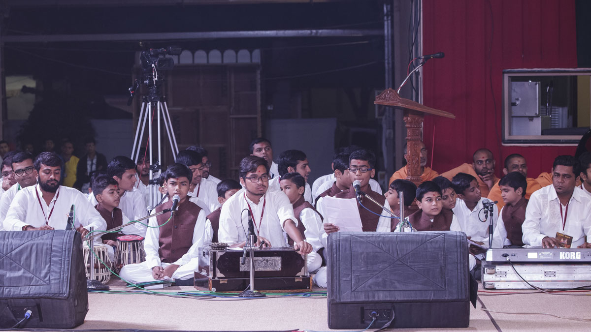 Children sing kirtans in Swamishri's morning puja