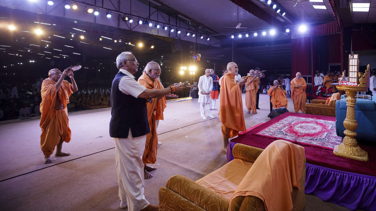 Swamishri, senior sadhus and dignitaries perform the evening arti