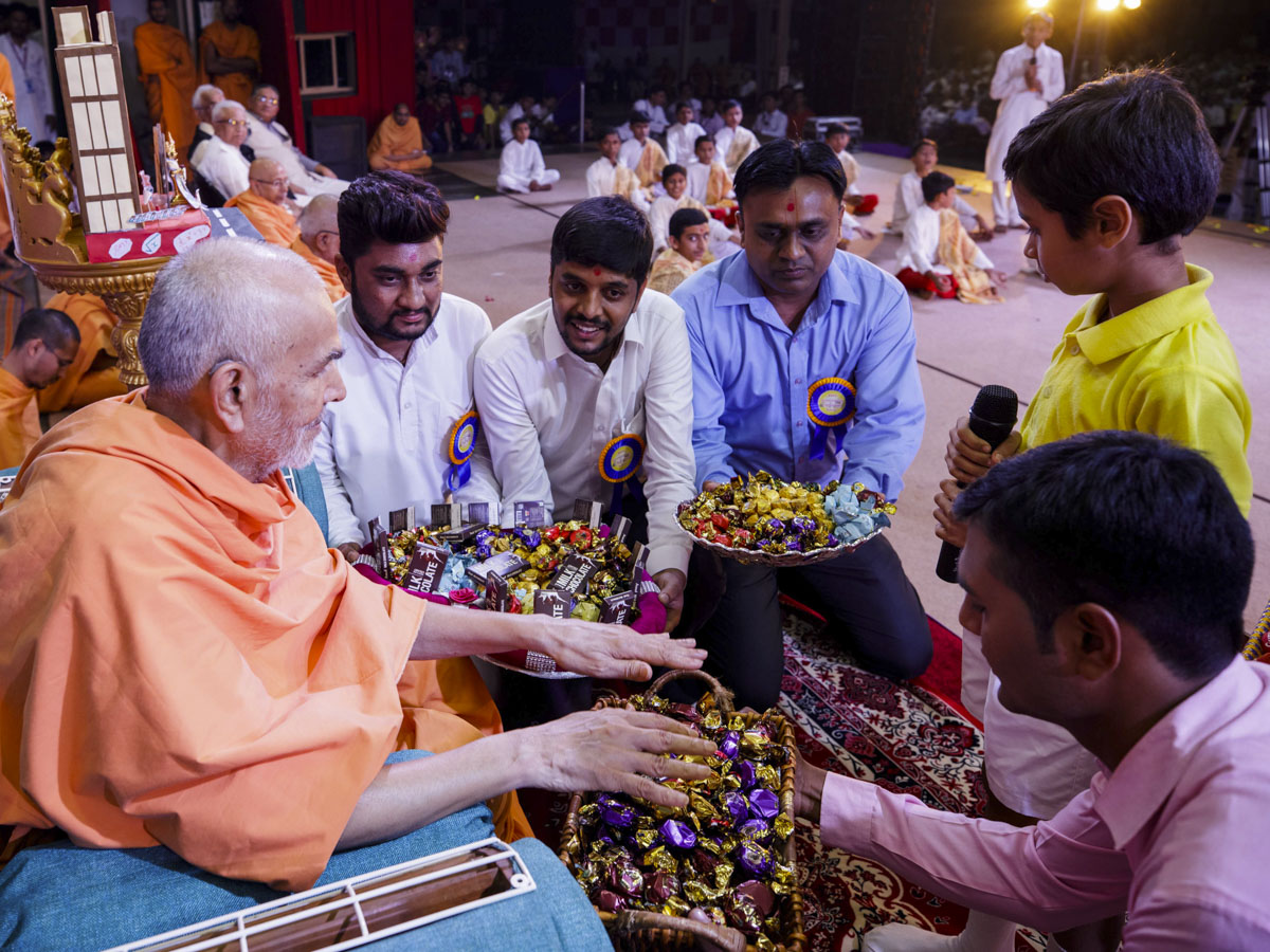 Swamishri sanctifies chocolates for students