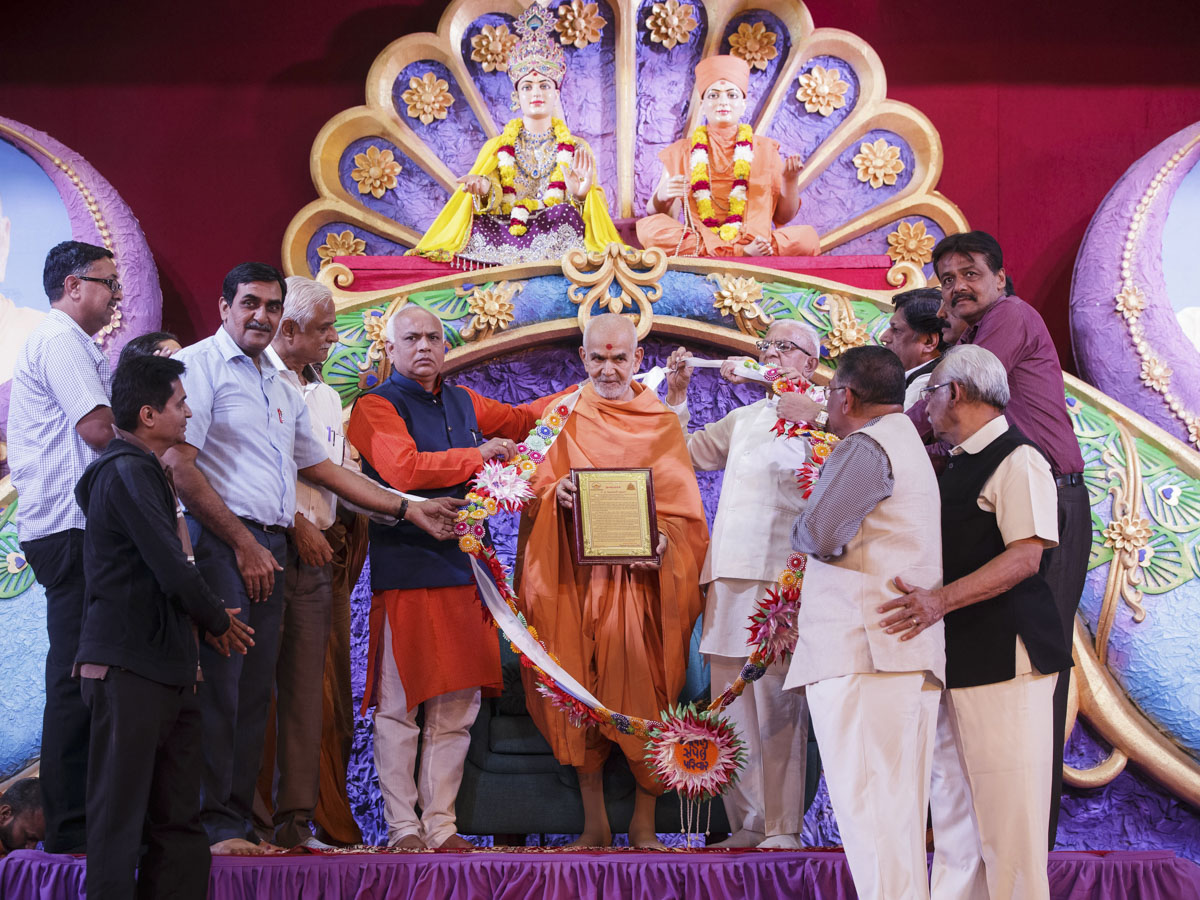 Secretary of Charutar Vidyamandal, Principal of V.P. Science College and guests honor Swamishri