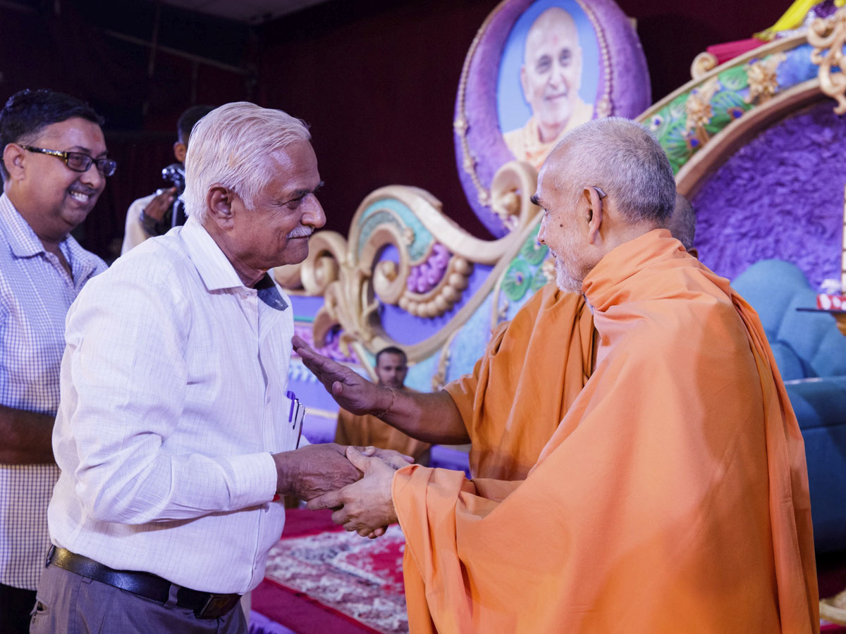 Swamishri blesses Vice Chancellor Dr. Shirish Kulkarni of Sardar Patel University