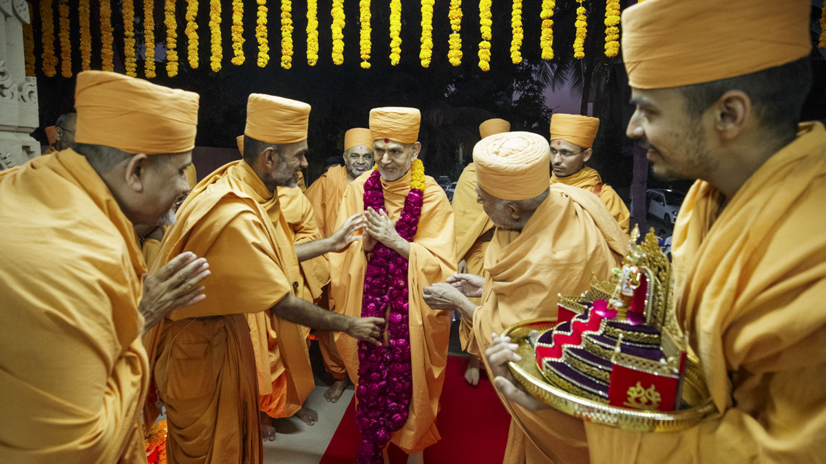 Swamishri welcomed with a garland