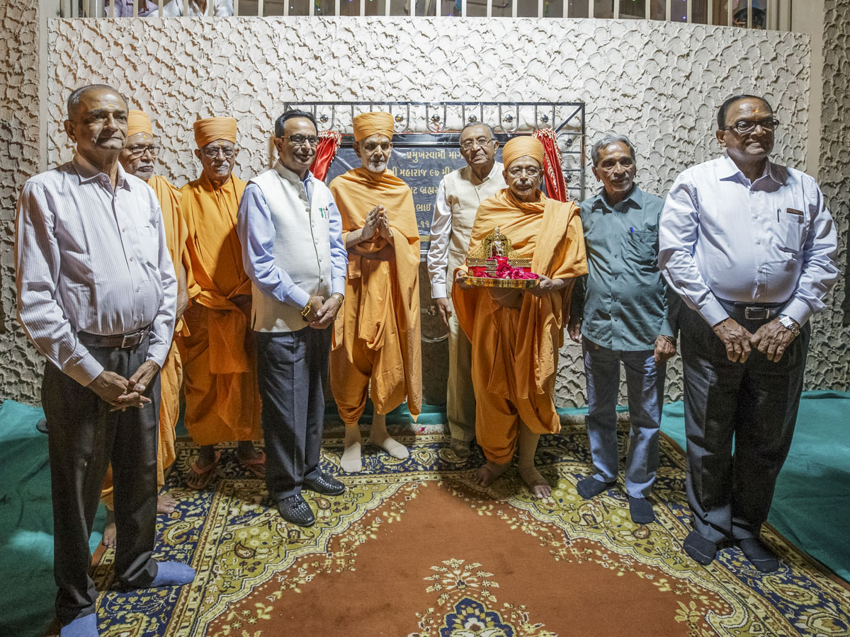 Swamishri senior sadhus and dignitaries after unveiling the plaque for 'Pramukh Swami Marg'