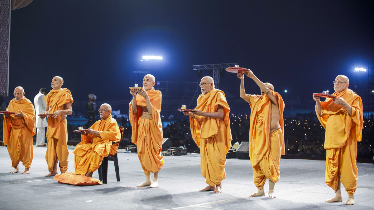 Swamishri and senior sadhus perform arti