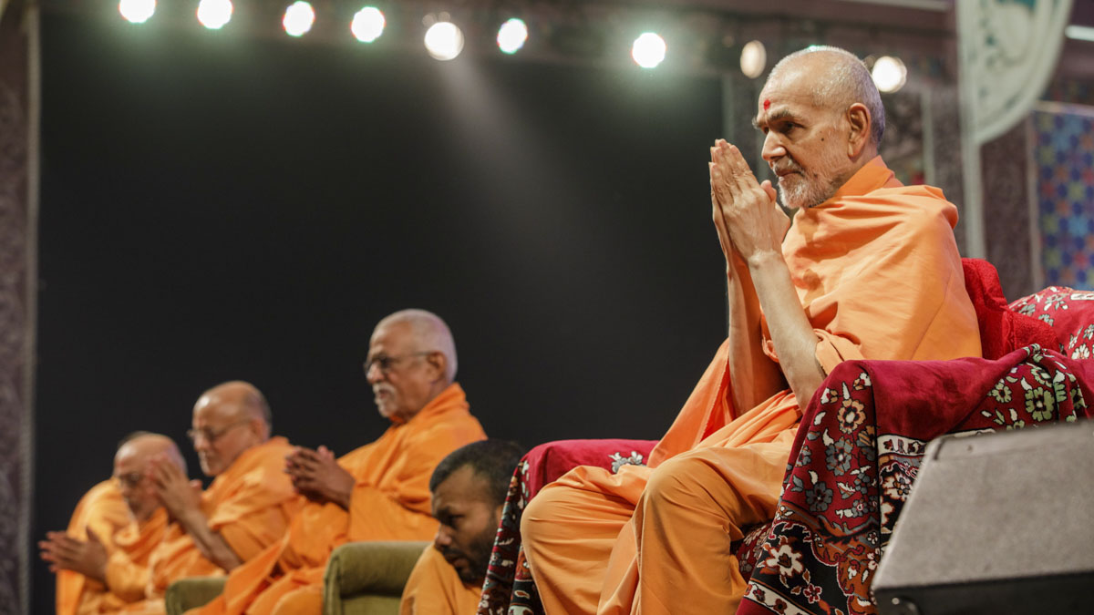 Swamishri greets volunteers with 'Jai Swaminarayan'