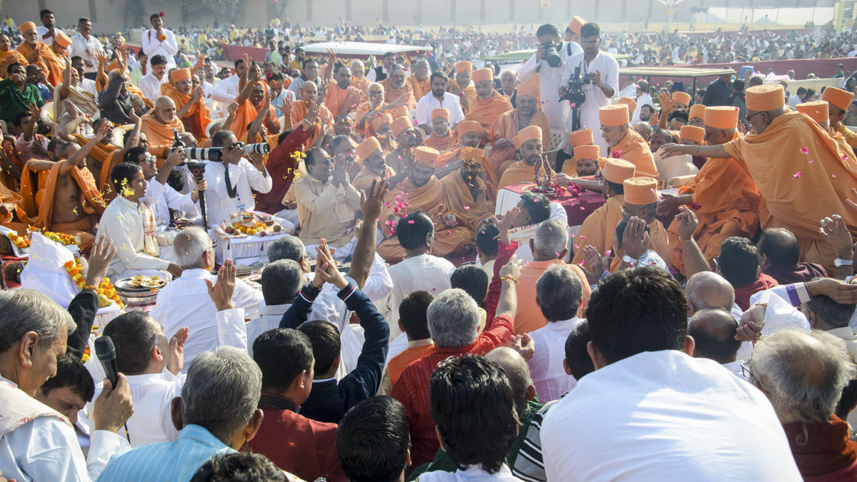 Swamishri, senior sadhus and devotees offer mantra pushpanjali