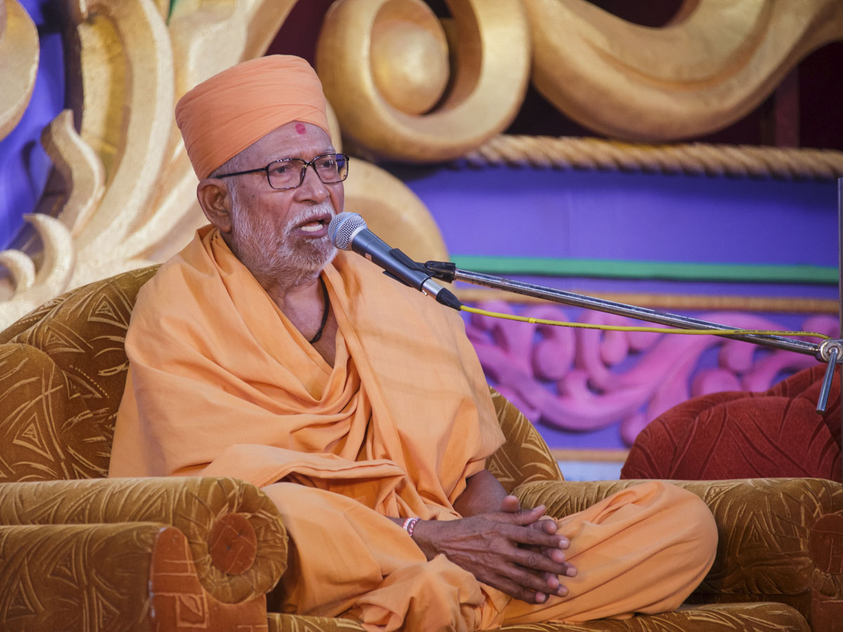 Pujya Kothari Swami addresses the evening satsang assembly