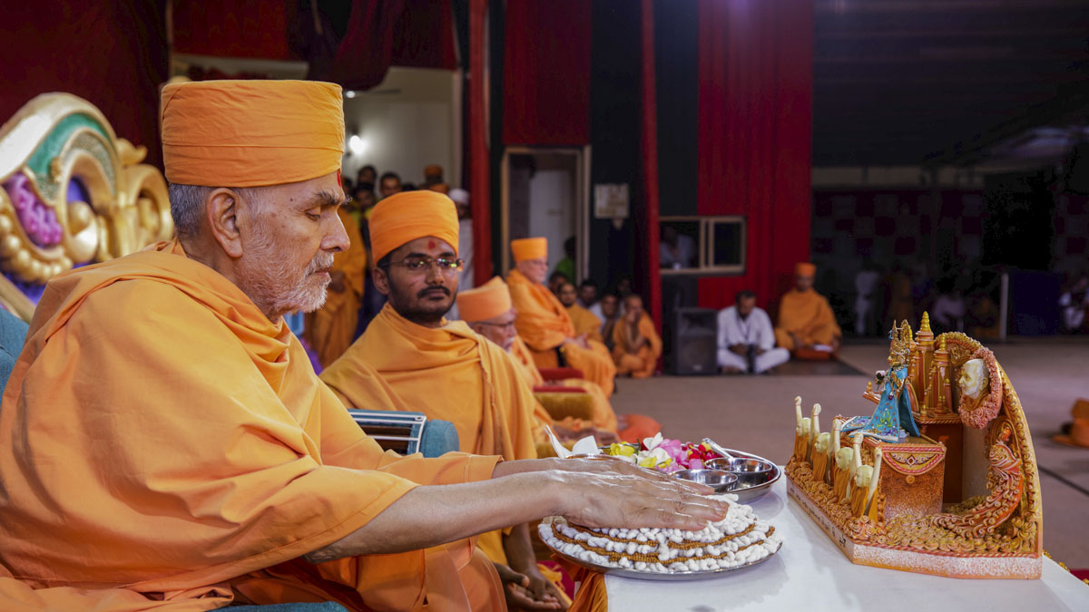 Swamishri sanctifies janois