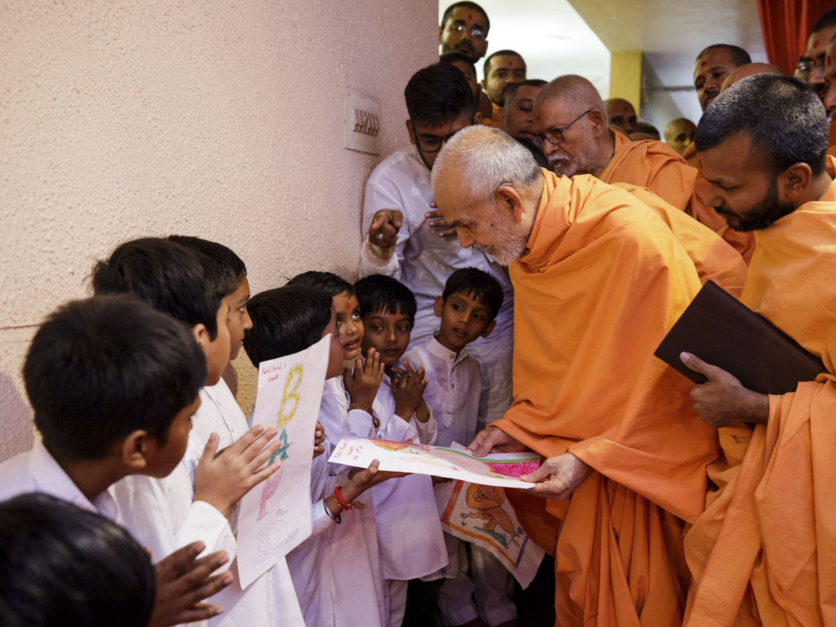Swamishri sanctifies paintings by children